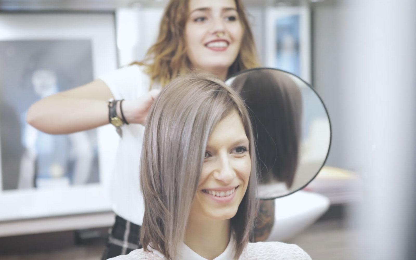 Frau beim Friseurbesuch