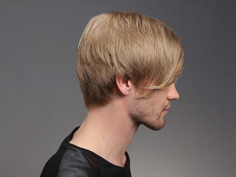 Herr mit mittellanger Frisur im Profil