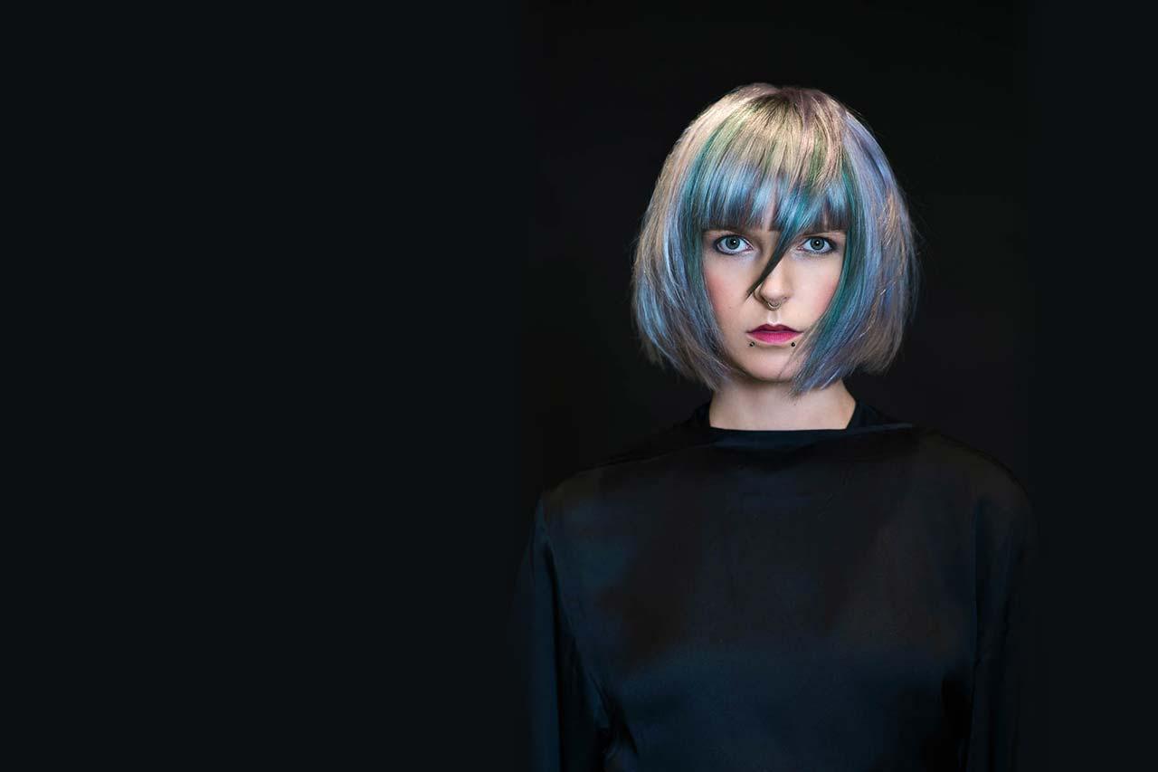 Frau mit gefärbten Haaren - TOM|CO. Post